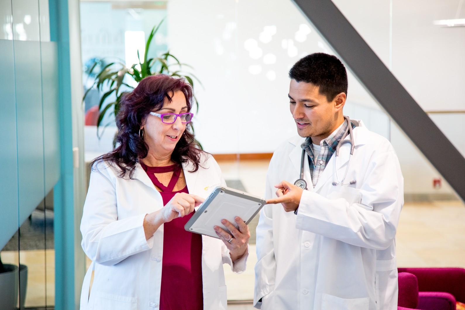 2 doctors discussing